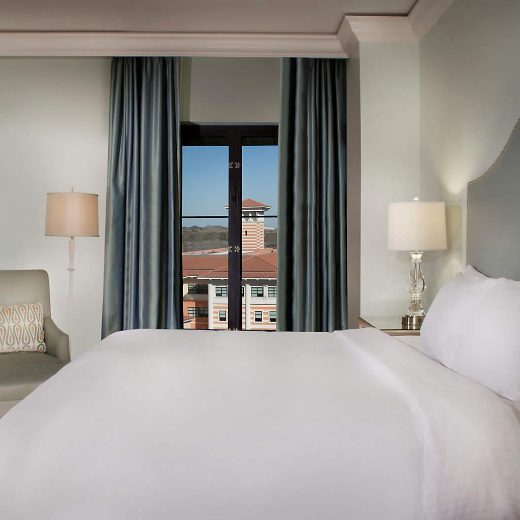 eilan-hotel-spa-corner-king-guest-room